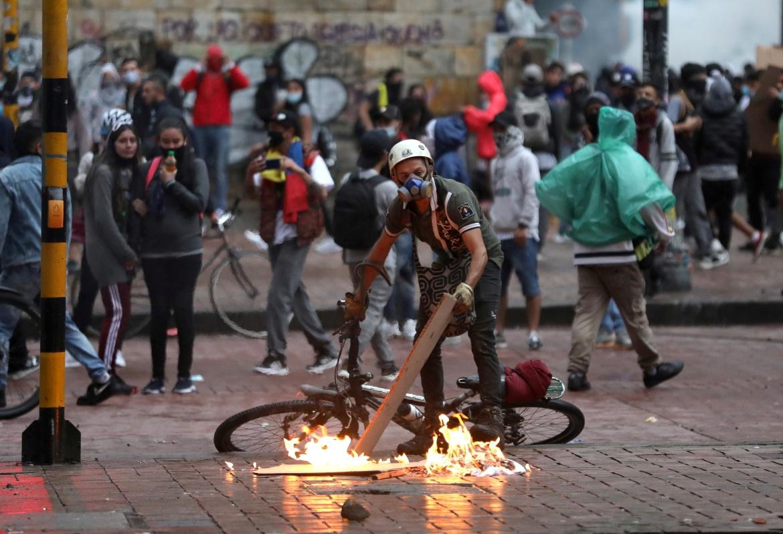 Seorang pengunjuk rasa menyalakan api selama protes menentang reformasi pajak pemerintahan Presiden Ivan Duque di Bogota  Para pengunjuk rasa mengatakan reformasi pajak menguntungkan orang kaya atas biaya mereka  Luisa Gonzalez / Reuters