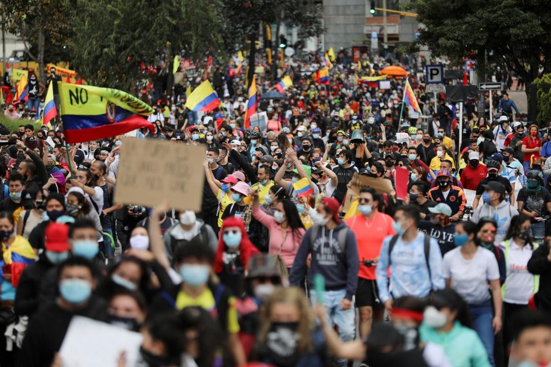 Demonstran mengambil bagian dalam protes terhadap reformasi pajak pemerintahan Presiden Ivan Duque di Bogota  Duque menarik proposal, tetapi Kolombia terus memprotes, dengan pemogokan nasional kedua dijadwalkan Rabu  Luisa Gonzalez / Reuters