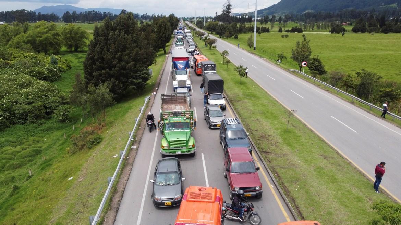 Mobil terlihat didukung di jalan selama protes menentang reformasi pajak oleh pemerintah Presiden Ivan Duque di Zipaquira, Kolombia  Banyak jalan raya ditutup  Herbert Villarraga / Reuters
