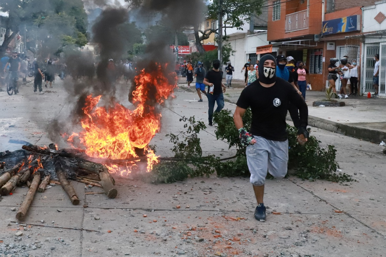 Demonstrasi dilanjutkan pada Senin di ibu kota, Bogota, dan kotakota lain termasuk Medellin dan Cali meskipun ada pengumuman bahwa pemerintah mencabut proposal reformasi pajak  Juan Bautista / Reuters