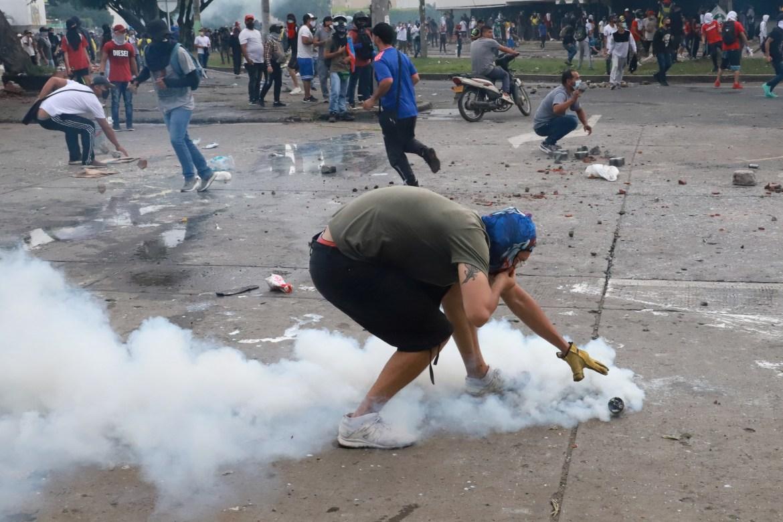Menteri pertahanan Kolombia pada hari Senin menyalahkan kelompok bersenjata ilegal atas penjarahan dan vandalisme selama lima hari protes jalanan, tetapi tidak akan mengkonfirmasi berapa banyak demonstran yang tewas  Juan Bautista / Reuters