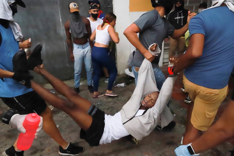 Orangorang membawa seorang pria yang terluka saat protes di Cali, Kolombia  Juan Bautista / Reuters