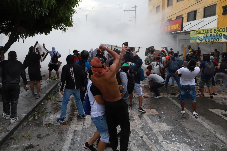 Demonstran bentrok dengan anggota pasukan keamanan selama protes terhadap apa yang mereka katakan sebagai kebrutalan polisi yang dilakukan dalam protes barubaru ini  Juan Bautista / Reuters
