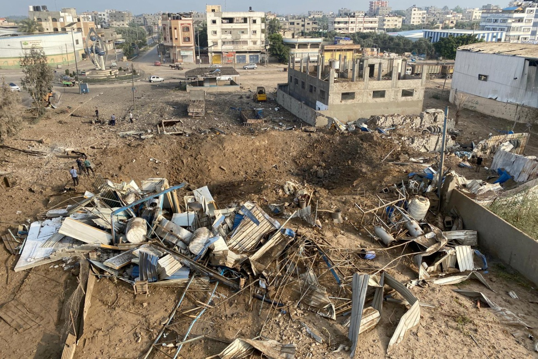 İsrail, saldırıların Hamas'ın attığı roketlere misilleme olduğunu söyledi.  Hamas daha önce İsrail'i Kudüs'teki El Aksa Camii'nde Filistinli ibadet edenlere karşı şiddeti durdurması konusunda uyardı.  [Suhaib Salem / Reuters]