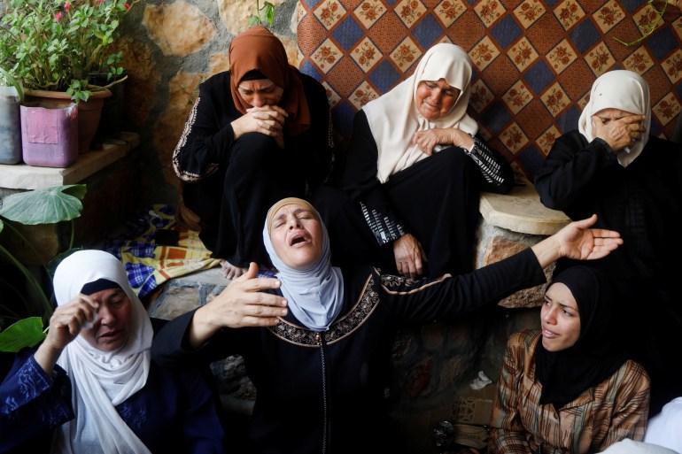 Ibu dari Palestina Rasheed Abu Arra, yang terbunuh, berduka atas putranya bersama wanita lain, di kota Aqaba dekat Tubas, di Tepi Barat yang diduduki Israel Raneen Sawafta / Reuters