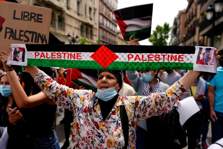 Seorang wanita berpartisipasi dalam protes untuk mendukung warga Palestina di Madrid, Spanyol, pada hari Sabtu  Juan Medina / Reuters