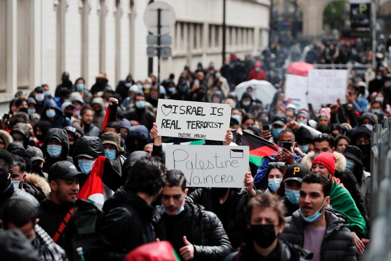 Orangorang menunjukkan dukungan mereka untuk orangorang Palestina di Paris, Prancis  Benoit Tessier / Reuters