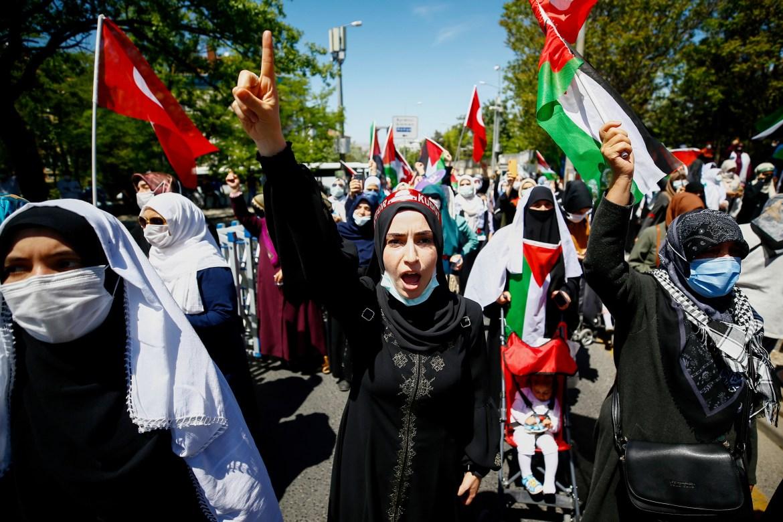 Wanita meneriakkan slogan untuk mengekspresikan solidaritas dengan rakyat Palestina selama demonstrasi melawan Israel di Ankara, Turki  Cagla Gurdogan / Reuters