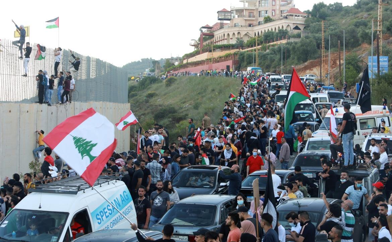 Demonstran mengungkapkan solidaritas dengan rakyat Palestina di desa Adaisseh dekat perbatasan LebanonIsrael, Lebanon selatan  Aziz Taher / Reuters