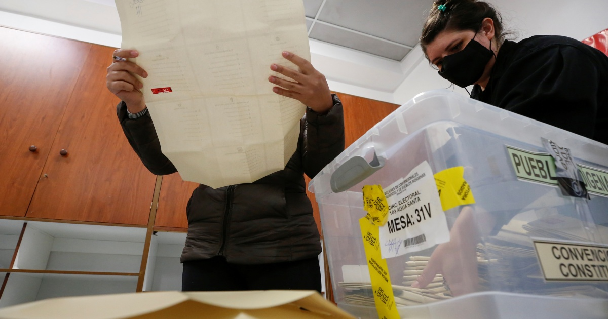 Chile chooses independents to draft new constitution