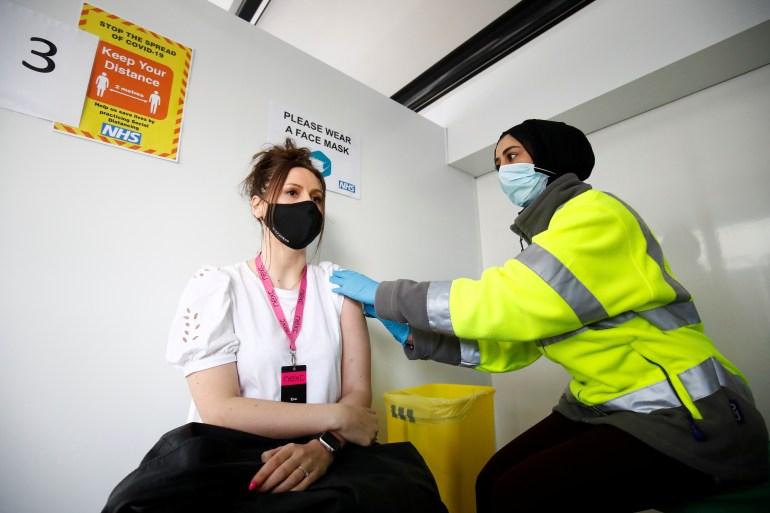 Vaksin Pfizer 88 persen efektif dan AstraZeneca menusuk 60 persen efektif melawan strain B16172 setelah dosis kedua File Jason Cairnduff / Reuters
