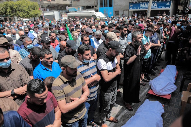 Warga Palestina melakukan doa pemakaman untuk Suleiman dan kedua putranya  Mohammed berusia 16 tahun Hosam Salem / Al Jazeera