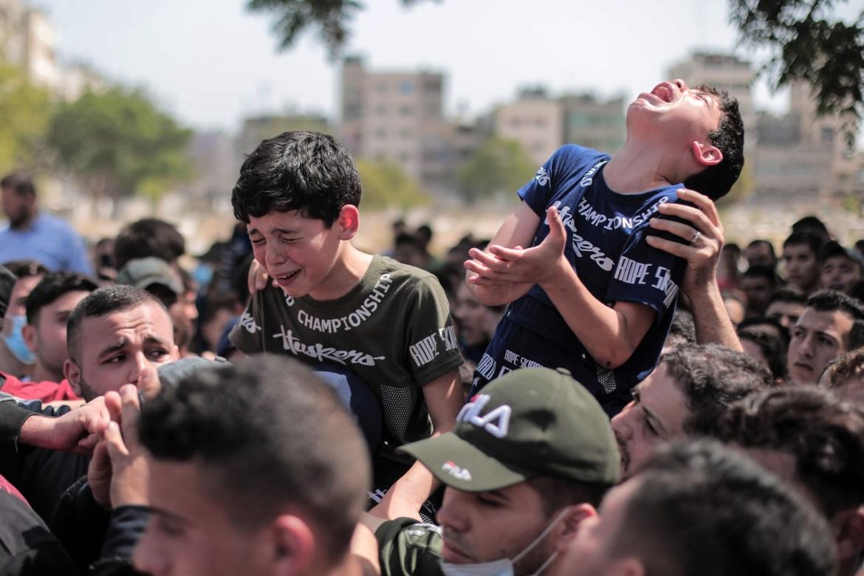 "Anakanak Saber Suleiman menangis di pemakaman ayah dan kakak lakilaki mereka, berkata ""Mengapa kamu meninggalkan kami?""  Hosam Salem / Al Jazeera"