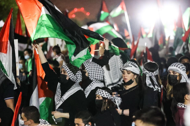 Di Doha, Qatar, ribuan orang berkumpul di Masjid Imam Muhammad bin Abdul Wahhab sambil mengibarkan bendera dan menunjukkan solidaritas dengan rakyat Palestina  Showkat Shafi / Al Jazeera