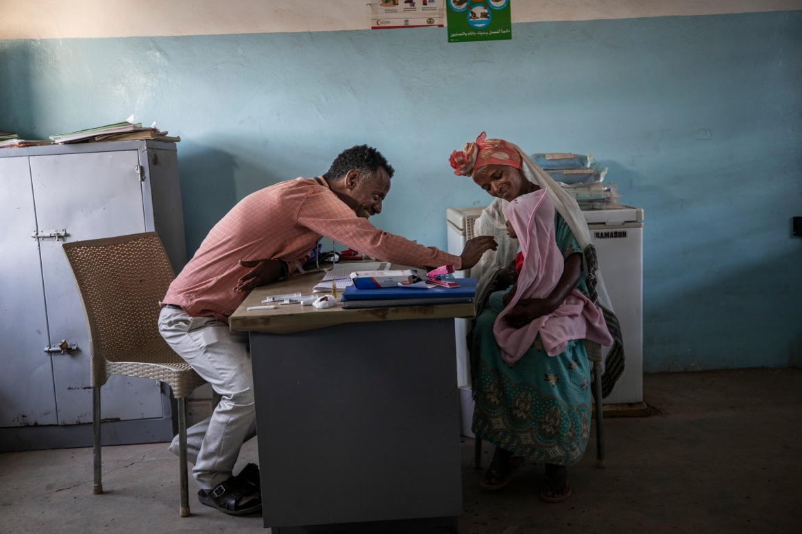 Dr. Tewodros treats a patient at the clinic in Hamdayet. [Nariman El-Mofty/AP Photo]