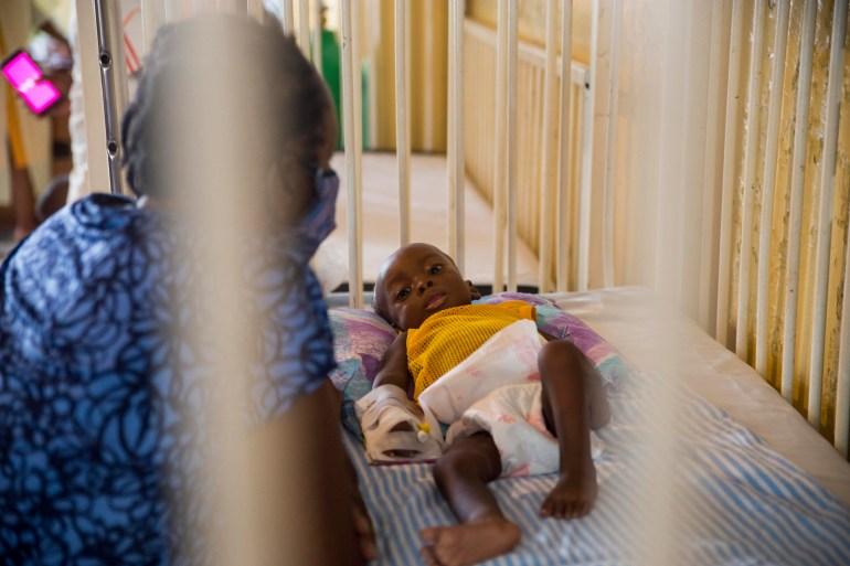 Marie Rose Emile mengawasi cucunya Jonise yang berusia 6 bulan saat dia dirawat karena kekurangan gizi di Rumah Sakit Dikandung Tanpa Noda di Les Cayes, Haiti File Joseph Odelyn / The Associated Press