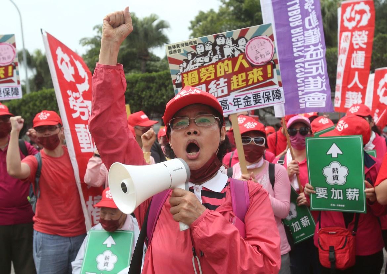 Pekerja Taiwan meneriakkan slogan di Taipei, Taiwan  Ribuan pengunjuk rasa dari berbagai kelompok buruh melakukan protes di jalan untuk menuntut kenaikan gaji dan jaminan tunjangan  Foto Chiang Yingying / AP