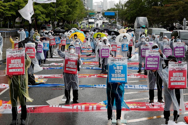 Anggota Konfederasi Serikat Buruh Korea menggelar rapat umum menuntut kondisi kerja yang lebih baik dan memperluas hakhak buruh di Seoul, Korea Selatan  Tandatandanya berbunyi 'Ayo selesaikan ketidaksetaraan'  Foto Ahn Youngjoon / AP
