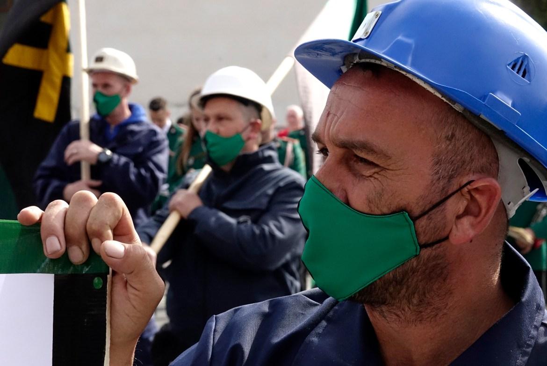 Ratusan penambang batu bara melakukan protes di Sarajevo, Bosnia untuk menuntut upah dan kondisi kerja yang lebih baik  Foto Eldar Emric / AP