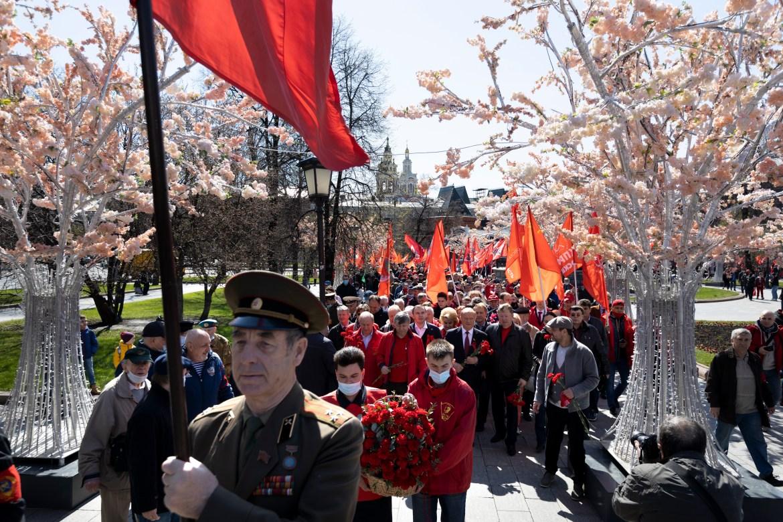 Pendukung partai komunis dengan bendera merah berbaris di dekat Lapangan Merah di Moskow, Rusia  Alexander Zemlianichenko / Foto AP