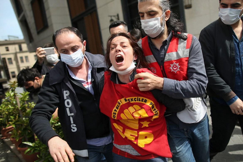 Petugas polisi menahan seorang pengunjuk rasa setelah dia dan yang lainnya mencoba menerobos barikade polisi menuju Lapangan Taksim di pusat kota Istanbul  Foto Emrah Gurel / AP