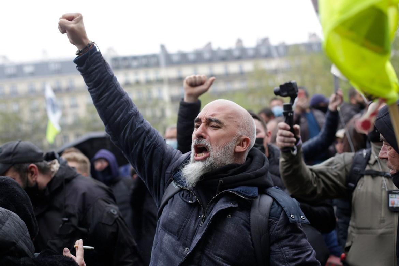 Seorang pekerja mengangkat tinjunya selama demonstrasi May Day di Paris  Foto Thibault Camus / AP
