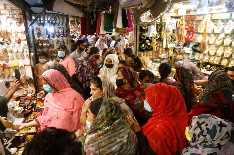 Orangorang di Lahore, Pakistan, berbelanja untuk liburan Idul Fitri mendatang KM Chaudary / AP Photo