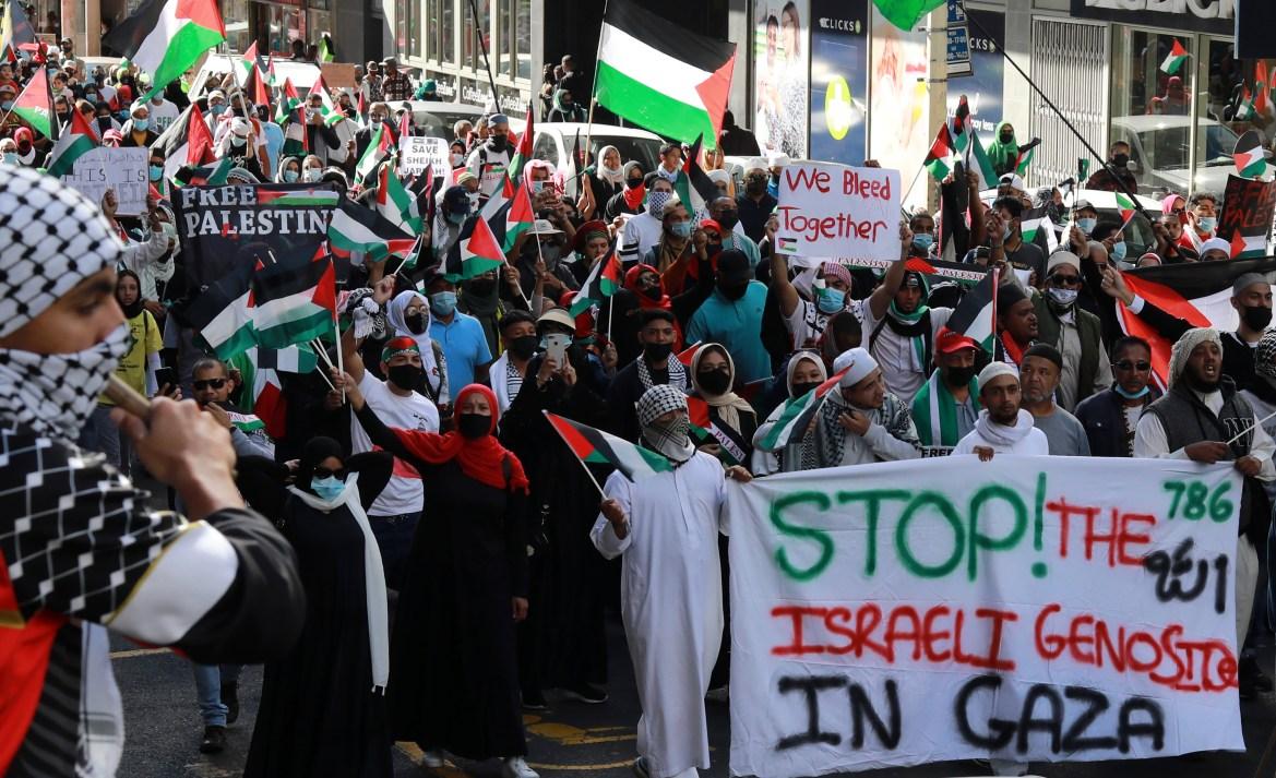 Warga Afrika Selatan berdemonstrasi menentang serangan Israel terhadap warga Palestina di Gaza di luar Parlemen di Cape Town  Foto Nardus Engelbrecht / AP