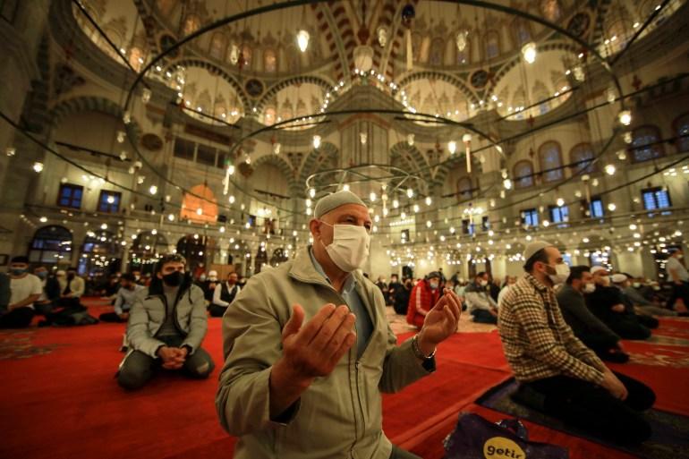 Umat Muslim melaksanakan sholat pada hari pertama Idul Fitri, yang menandai akhir bulan suci Ramadhan di Masjid Fatih di Istanbul pada 13 Mei 2021 AP Photo / Emrah Gurel