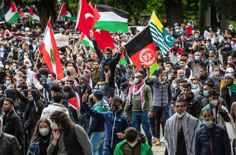 Orangorang berbaris dalam demonstrasi solidaritas melalui pusat kota Stuttgart, Jerman  Christoph Schmidt / dpa