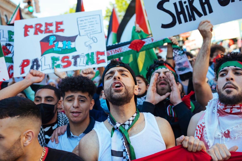 Di Amerika Serikat, ribuan aktivis berkumpul di New York City untuk menggalang dukungan bagi warga Palestina yang menanggung beban kekerasan pada hari serangan udara Israel meratakan beberapa bangunan di Jalur Gaza  Foto Kevin Hagen / AP