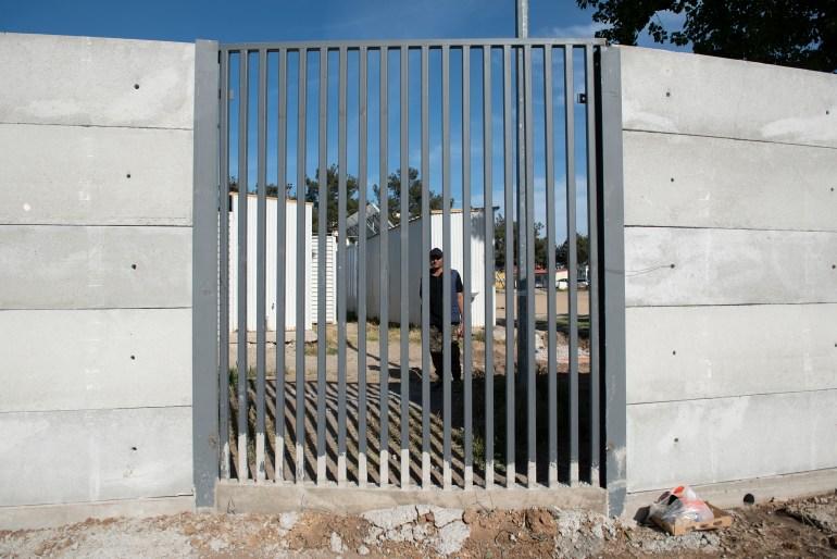 Die Tore einiger Camps werden am Abend geschlossen, so dass die Menschen das Camp nicht verlassen können.