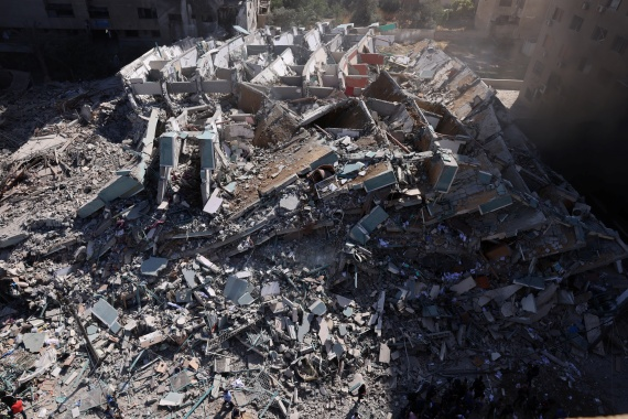A tower housing Al Jazeera and Associated Press offices collapses after Israeli missile strikes in Gaza City [Mohammed Salem/Reuters]