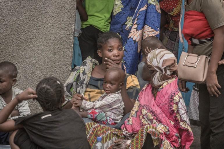 La famille déplacée de Gakuru Mahombi ne peut pas trouver d'abri et est forcée de dormir dehors dans la ville de Sake [Esdras Tsongo / Al Jazeera]