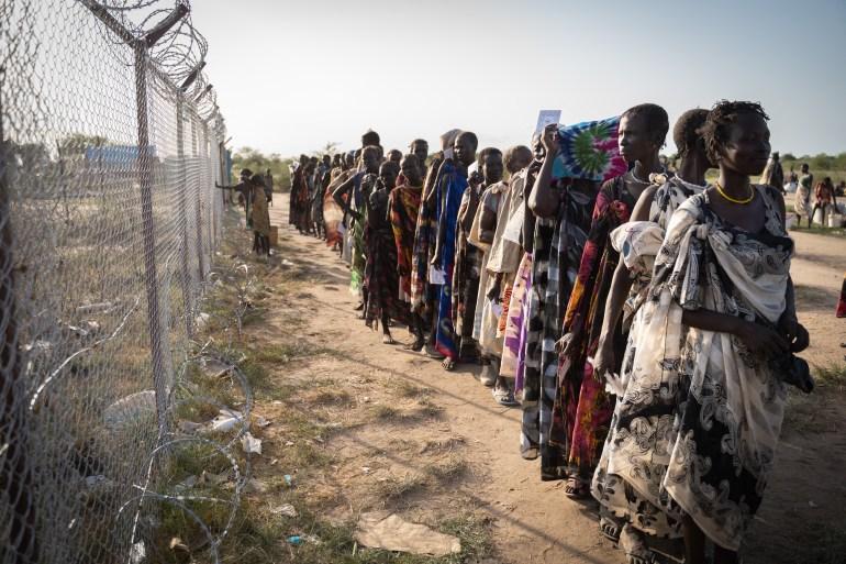 Wanita dari kelompok etnis Murle menunggu dalam antrean untuk distribusi makanan oleh Program Pangan Dunia PBB WFP di Gumuruk, Sudan Selatan, pada 10 Juni 2021, karena desa mereka barubaru ini diserang oleh kelompok pemuda bersenjata File Simon Wohlfahrt / AFP