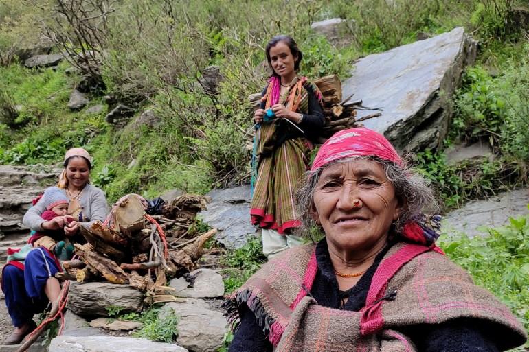 Namo Devi, depan, putrinya Jiti Devi dan menantunya Balma Devi menggendong bayi laki-lakinya, beristirahat saat trekking ke desa Malana