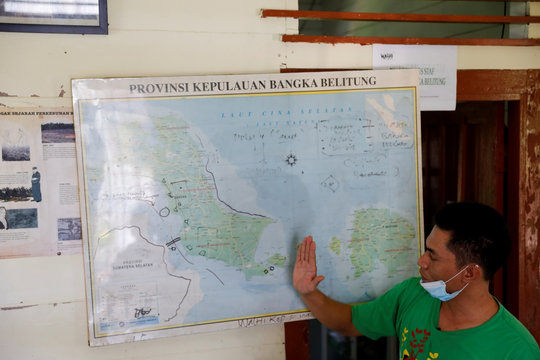 Jessix Amundian, direktur eksekutif kelompok lingkungan hidup Indonesia Walhi Bangka Belitung, menunjukkan area penambangan timah lepas pantai di pulau Bangka  Walhi telah berkampanye untuk menghentikan penambangan di laut, terutama di pantai barat Bangka, di mana hutan bakau relatif terpelihara dengan baik  'Mangrove adalah benteng ekologis untuk wilayah pesisir,' kata Jessix  Willy Kurniawan/Reuters