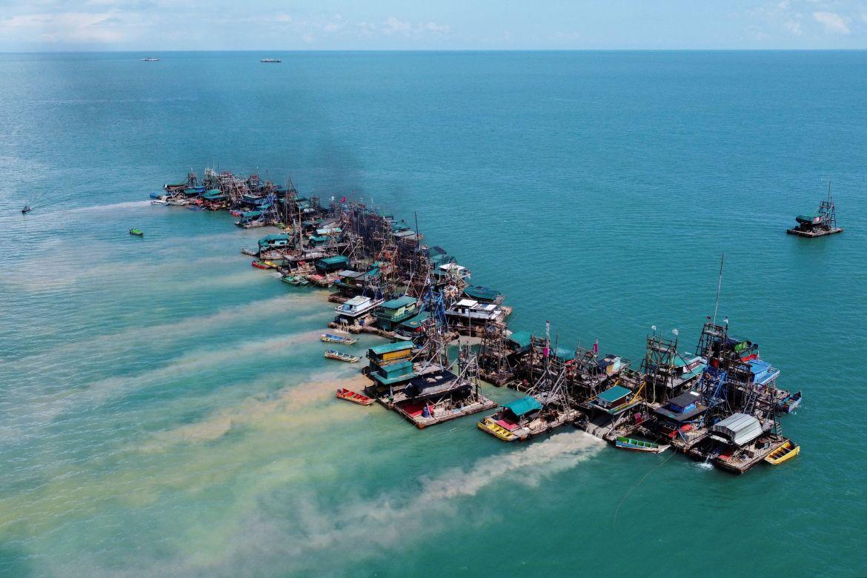 Pemandangan udara menunjukkan ponton kayu yang dilengkapi untuk mengeruk dasar laut untuk menyimpan bijih timah di lepas pantai Toboali, di pantai selatan pulau Bangka, Indonesia Willy Kurniawan/Reuters