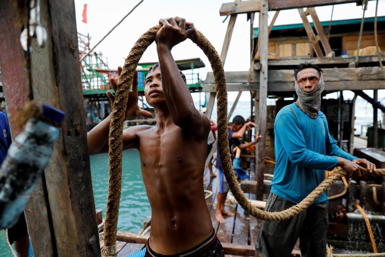 Dimas Putra Hermawan, 17, dan penambang timah lainnya menyiapkan tali saat memasang pipa hisap dan selang di ponton, di lepas pantai Toboali  Willy Kurniawan/Reuters