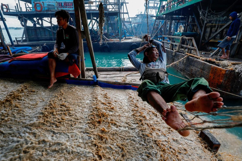 Amirudin, 43, pengawas lapangan perusahaan pertambangan timah negara PT Timah, beristirahat di tempat tidur gantung darurat, di ponton timah di lepas pantai Toboali  Timah telah meningkatkan produksi dari laut Data perusahaan menunjukkan cadangan timah terbukti di darat adalah 16399 ton tahun lalu, dibandingkan dengan 265913 ton di lepas pantai  Willy Kurniawan/Reuters