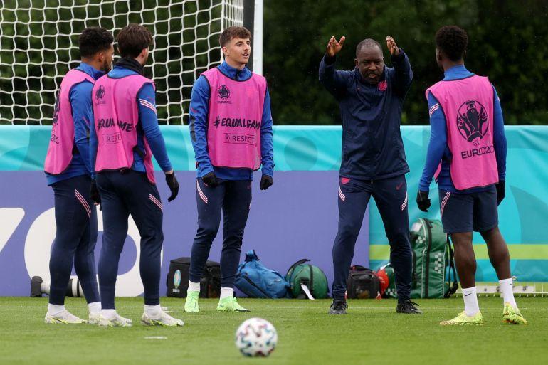 Inggris dipastikan lolos ke babak 16 besar, tetapi absennya duo Chelsea Mount dan Chilwell membuat pelatih Inggris Gareth Southgate khawatir Carl Recine/Reuters