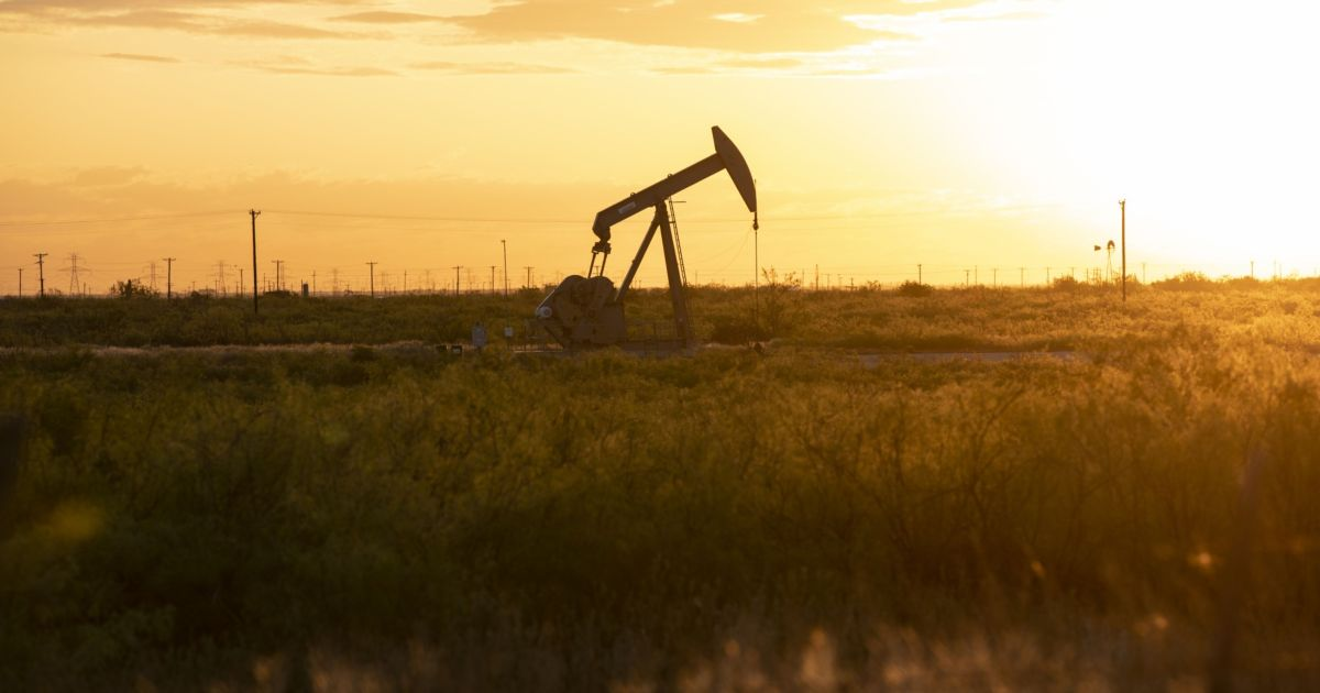 Oil holds near multi-year highs as vaccine rollout pushes demand thumbnail