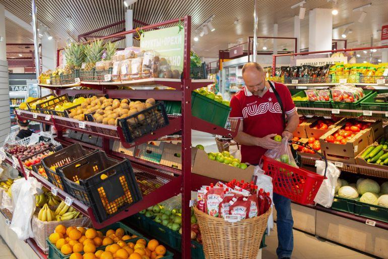 Kenaikan harga yang berkepanjangan di seluruh komoditas pokok mengalir ke rakrak toko, dengan negaranegara dari Kenya hingga Meksiko melaporkan biaya makanan yang lebih tinggi File Andrey Rudakov/Bloomberg