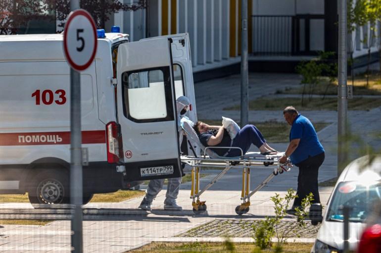 Pekerja medis membawa pasien yang diduga terinfeksi virus corona dengan tandu di sebuah rumah sakit di Kommunarka, di luar Moskow Alexander Zemlianichenko/AP Photo