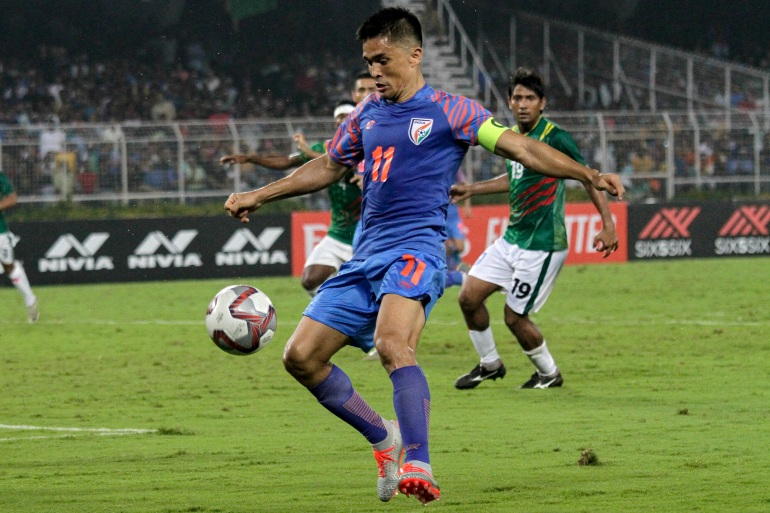 Sunil Chhetri dari India menggiring bola selama pertandingan kualifikasi grup E Piala Dunia 2022 melawan Bangladesh di Kolkata, India File Bikas Das / AP