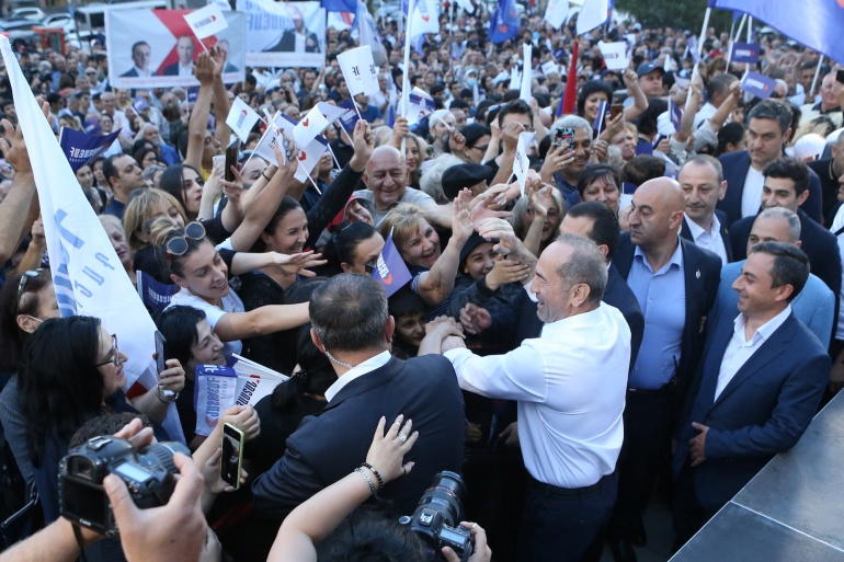 Leader of the Armenia Alliance and the country's former President Robert Kocharyan greets supporters during a campaign rally ahead of the upcoming snap parliamentary election in Yerevan, Armenia June 9, 2021. [Vahram Baghdasaryan/Photolure via Reuters]