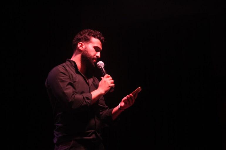 Mohammed Moussa esegue poesie durante Gaza Youth Speaks, il primo evento di parola parlata a Gaza, nel luglio 2018. Più di 25 partecipanti hanno eseguito poesie in inglese e arabo [Foto per gentile concessione di Mohammed Moussa]