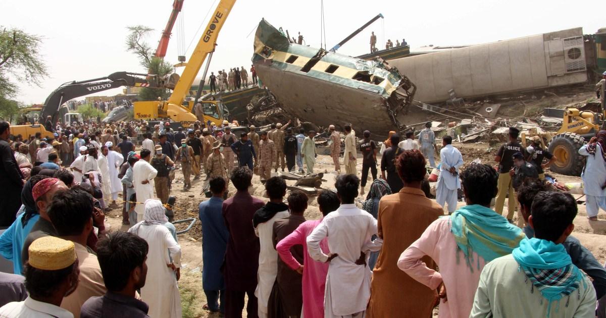 Pakistan train crash toll rises as rescuers comb through wreckage thumbnail