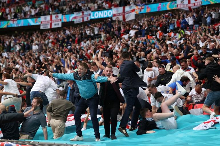 Fans Inggris merayakan gol timnya melawan Jerman di stadion Wembley di London File Carl Recine/Pool via Reuters