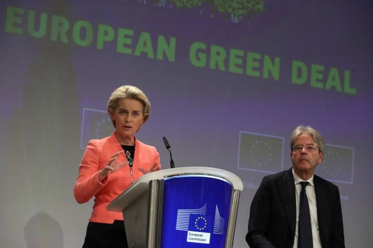 Presiden EC Ursula von der Leyen mempresentasikan kebijakan iklim baru UE dengan Komisaris UE Paolo Gentiloni di sampingnya di Brussels, Belgia, pada hari Rabu Yves Herman/Reuters